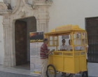 """El """"Puesto amarillo"""" reparte información cultural en la puerta de la Biblioteca de Écija."""