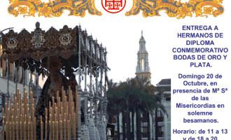 La Hermandad de San Juan de Écija celebra las bodas de oro y plata de sus hermanos y besamanos a La Virgen de las Misericordias