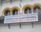 Se decreta incoación contra un empresario de Écija por manifestar en una pancarta un débito del Ayuntamiento.
