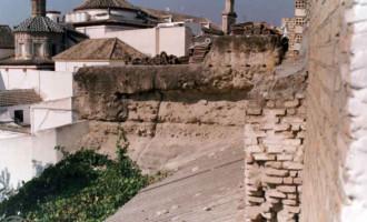 La aparición de nuevos restos arqueológicos amplían el plazo de ejecución de obras en la Plaza de Armas de Écija