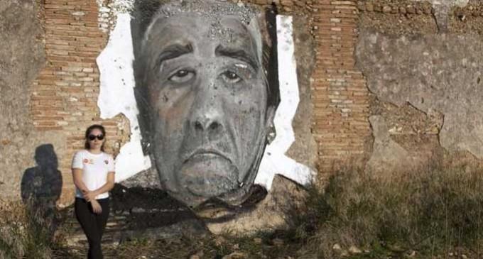 La pintora Virginia Bersabé dedica grafitis al alzhéimer en cortijos abandonados de Écija