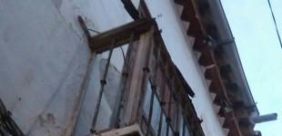 A QUIEN CORRESPONDA: Balcón en Écija con peligro de desplome en calle Cintería