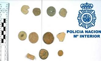 La Policía Nacional entrega al Museo de Écija 18 piezas arqueológicas que habían sido expoliadas ilegalmente.