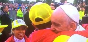 El Papa, en su visita a Colombia, abraza a la hermana Valeriana García de Écija (fotos y video)
