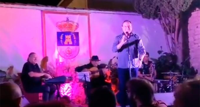 El cantante de Écija, Fernando Reina, rinde homenaje a Carlos Cano en las Veladas del Torreón de Las Gabias (Granada)