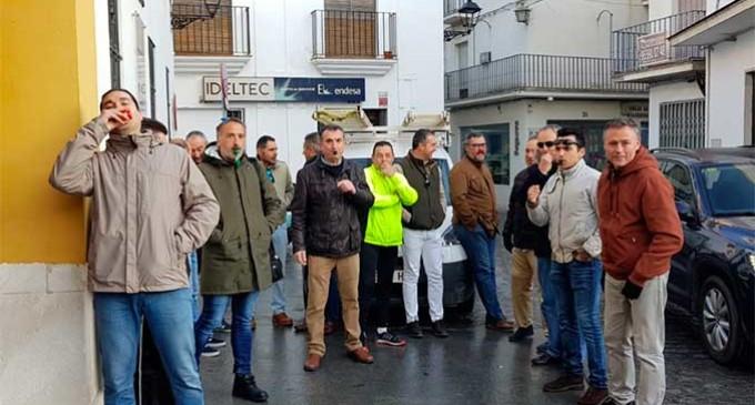 Concentración de la Policía Local de Écija a las puertas del Ayuntamiento