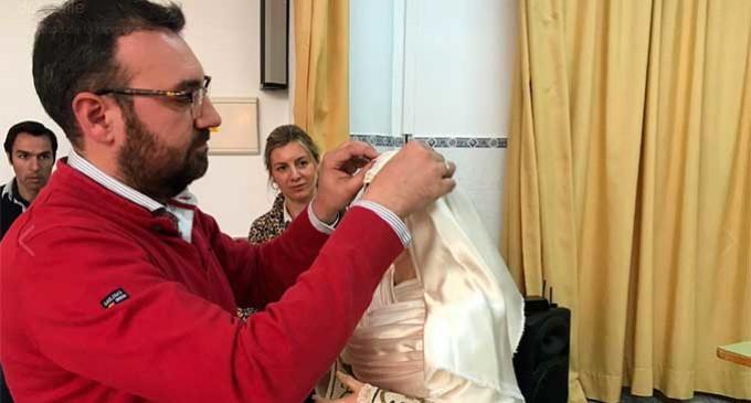 """El bordador y vestidor de Écija, Jesús Carmona, realizó una ponencia en el Colegio del Valle sobre """"El arte de vestir a María"""""""