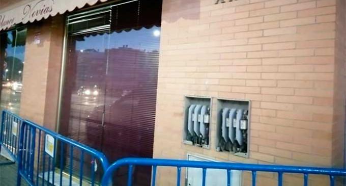 A QUIEN CORRESPONDA: Dos autónomos, de forma particular, tapan una caja de acometida totalmente abierta en plena calle