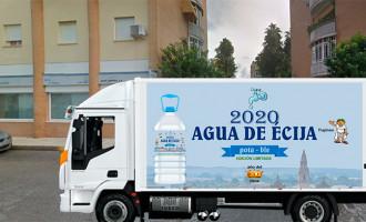 INOCENTADA 2020: Agua Campiña reparte hoy en Écija 20.200 garrafas de agua del grifo especialmente embotellada para compensar a los ciudadanos los gastos ocasionados por el benceno (diseño etiqueta por Cacu)