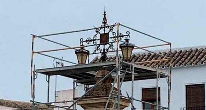 Roban los faroles originales de la Fuente de Colón de Écija que datan de 1937