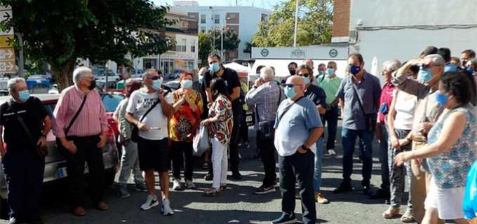 Decenas de personas se concentraron en el Centro de Salud Virgen del Valle para exigir una sanidad pública de calidad para Écija